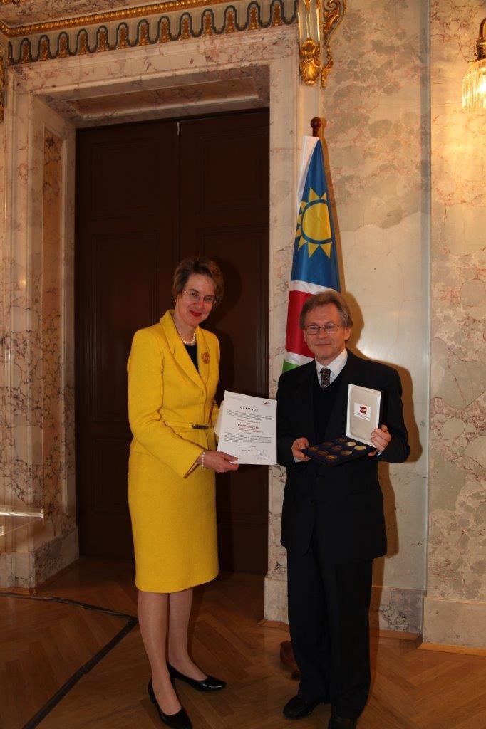 Verleihung des PaN-Preises des Bundesministeriums für europäische und internationale Angelegenheiten an die ÖNG, 26. April 2010, Botschafterin Melitta Schubert und ÖNG-Präsident Walter Sauer