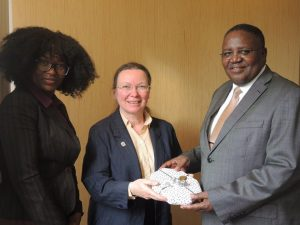 Weihnachtsbesuch bei der namibischen Botschaft: Astrid Esterlus (ÖNG) mit Ndeshi Nghitewapo und Botschafter Simon Maruta.